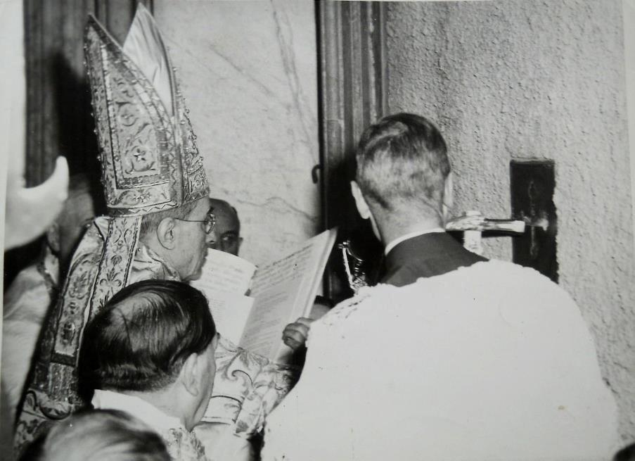 Pio-XII-abertura-Porta-Santa-Jubileu-1950